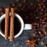 Kaffee - mit Milch und Zimt